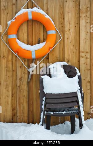 Rettungsring und Stühle. - Stockfoto