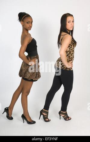 Zwei Frauen tragen Leopard Haut Kleidung - Stockfoto