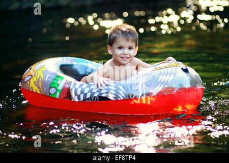 Kleiner Junge Boot in aufblasbaren Kinder (2-3) - Stockfoto