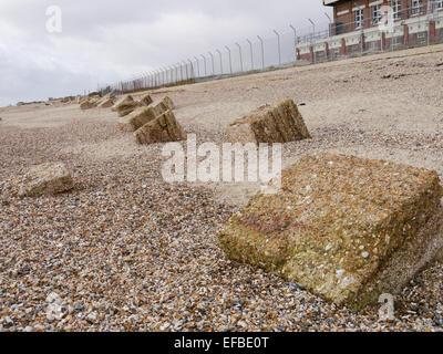 Die Überreste des 2. Weltkrieges Anti-Tank-Strand-Abwehr am Eastney Strand, Portsmouth, Hampshire, England - Stockfoto