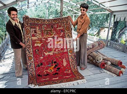 Zwei Kashmiri Verkäufer zeigen stolz traditionellen handgeknüpften Orientteppiche Besuchern Dal-See in Srinagar - Stockfoto