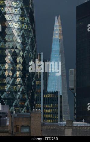 Die Scherbe in der Abenddämmerung mit The Gherkin im Vordergrund, fotografiert von Bishopsgate in The City of London, - Stockfoto