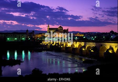 Spanien, Cordoba, Guadalquivir Fluss, römische Brücke und Mezquita-Moschee - Stockfoto