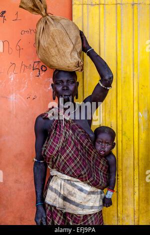 Porträt einer Frau und das Baby aus der Stamm der Mursi, Jinka Stadt Omo-Tal, Äthiopien - Stockfoto
