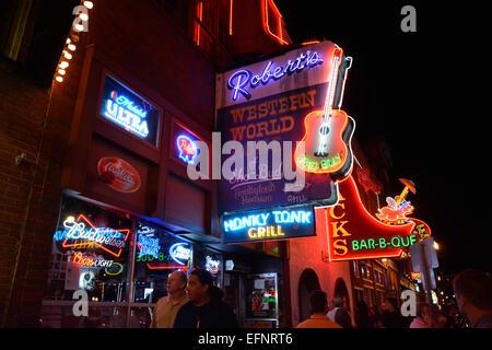 Nächtliche Neon leuchtet lower Broadway für Touristen Cruisen Musik Unterhaltungsviertel in der Innenstadt von Nashville - Stockfoto