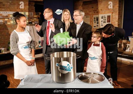 Berlin, Deutschland. 09 Feb, 2015. Die deutsche Ministerin für Ernährung Schmidt und TV-Koch Tim Mälzer begann die - Stockfoto