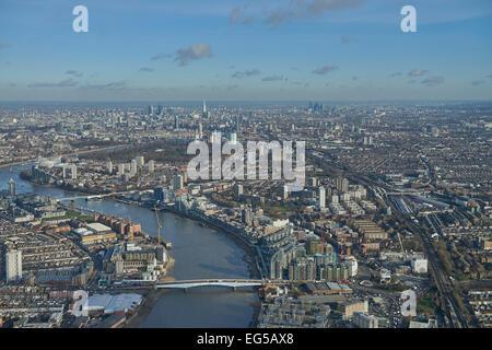Eine Luftaufnahme von Wandsworth Brücke entlang der Themse gegenüber der City of London suchen - Stockfoto