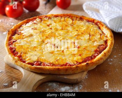 Ganze Käse & Tomate traditionellen Margherita pizza - Stockfoto