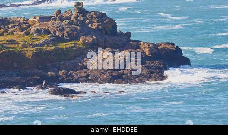 Wilden Atlantik auf einem schroffen Felsvorsprung, St. Ives, Cornwall, England, Europa. - Stockfoto