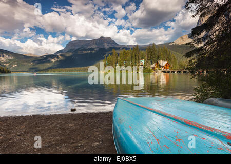 Ein Boot am Ufer des smaragdgrünen See, Yoho-Nationalpark. British Columbia Kanada. - Stockfoto