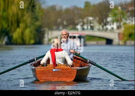 Senior und seine Tochter Reiten ein Ruderboot - Stockfoto