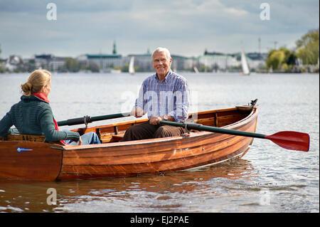 Senior und seine Tochter reitet auf einem rawboat - Stockfoto
