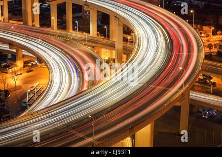 Nahaufnahme von Lichtspuren auf Überführung - Stockfoto