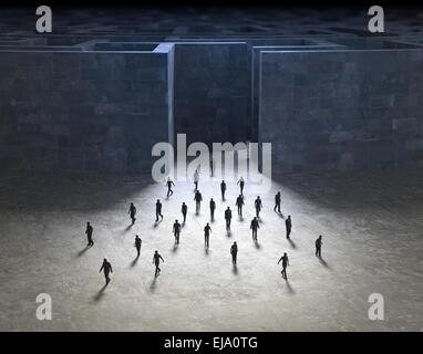 Kleine Menschen, die zu Fuß aus einem geheimnisvollen Labyrinth - Stockfoto
