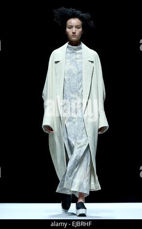 Peking, China. 23. März 2015. Ein Modell stellt eine Kreation während der Marisfrolg Fashion Show Herbst/Winter - Stockfoto