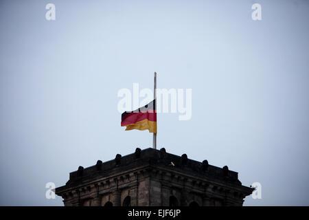 Berlin, Deutschland. 25. März 2015. Das Reichstagsgebäude (das Unterhaus des Parlaments) zum Gedenken an die Opfer - Stockfoto