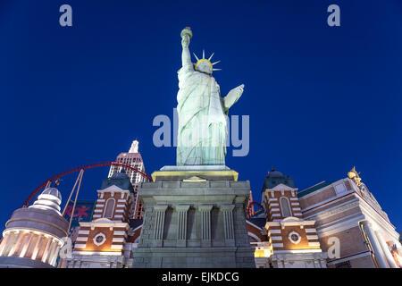 Freiheitsstatue und 'Skyline', New York New York Hotel, Las Vegas, Nevada, USA - Stockfoto