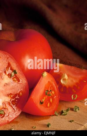 Tomaten auf ein Schneidebrett - Stockfoto