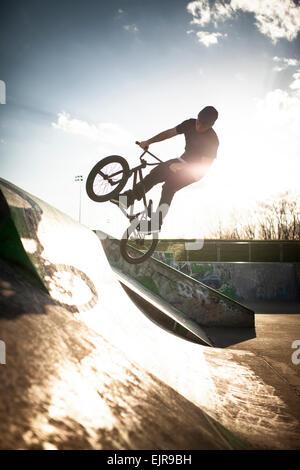 Kaukasischen Mann Reiten BMX Fahrrad im Skatepark - Stockfoto