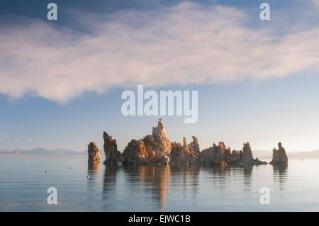 USA, California, Mono Lake, Felsformation in See - Stockfoto