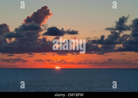 Dramatische Wolken und Segeln Sonnenuntergang - Stockfoto