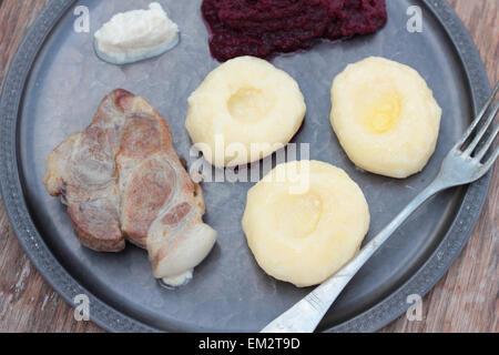 Schweinesteak mit schlesischen Nudeln und rote Bete Püree. - Stockfoto