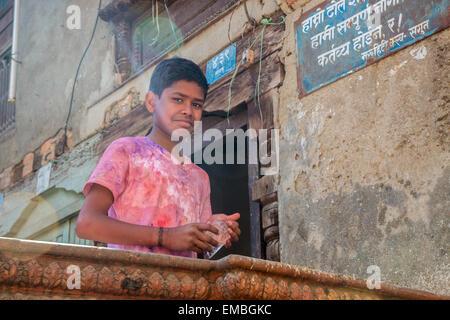 Ein kleiner Junge lächelt in die Kamera während Holi-fest in Kathmandu - Stockfoto