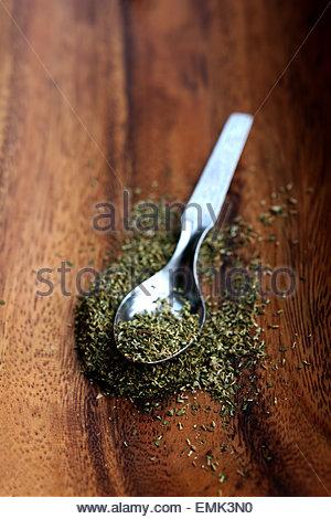 Nahaufnahme der Teelöffel mit Pulver Kräuter - Stockfoto