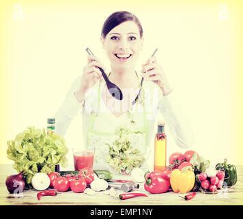 Retro-gefilterte Foto von einem glücklichen Hausfrau bereitet Salat, gesunde Ernährung oder Diät-Konzept. - Stockfoto