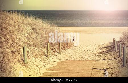Retro getönten Panorama-Foto von einem Strand Weg, alte Film-Filter angewendet. - Stockfoto
