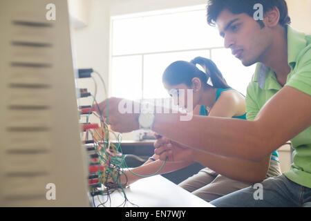 College-Studenten im Physiklabor - Stockfoto