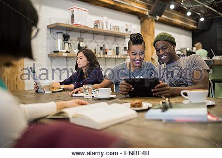 Lächelnde paar Teilen digital-Tablette im café - Stockfoto