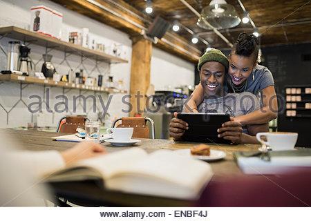 Lächelnde paar mit digital-Tablette im café - Stockfoto