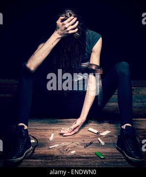 Grunge cross Vintage gefilterte Foto einer Frau als Drogenabhängiger, Konzept Foto posieren. - Stockfoto