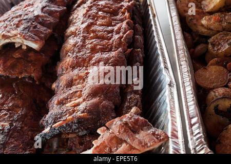 Memphis, Tennessee, USA. 15. Mai 2015. Stapel von Rippen, vorbereitet für den Service am World Championship Barbecue - Stockfoto