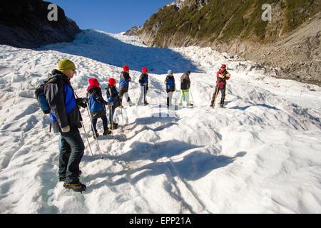 Eine Gruppe von Wanderern hören Sie Anweisungen von ihrem Anführer - rot auf der rechten Seite - vor dem weitergehen - Stockfoto