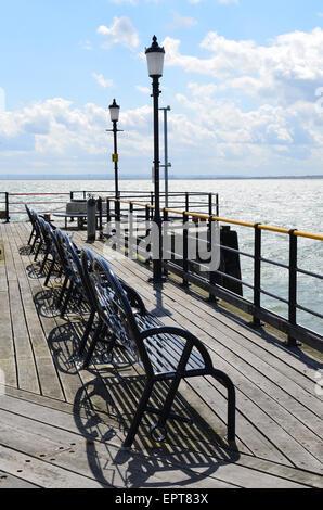 Zeile der schmiedeeiserne Bänke am Ende des Southend Pier in Essex, England. - Stockfoto