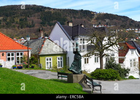 Gebäude und eine Statue von Amalie Skram in Nordnes, Bergen, Norwegen - Stockfoto