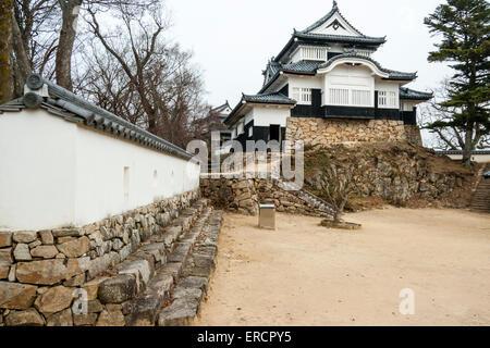 Japan, Takahashi, Bitchu Matsuyama Schloss. Neribei Dobei Gips Wehrmauer Honmaru und halten, Tenshu. Bewölkung. - Stockfoto