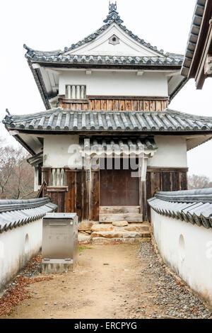 Japan, Takahashi, Bitchu Matsuyama Castle. Dobei honmaru Passage zwischen Wänden, die zu Ato-Guruwa, zwei ebene - Stockfoto