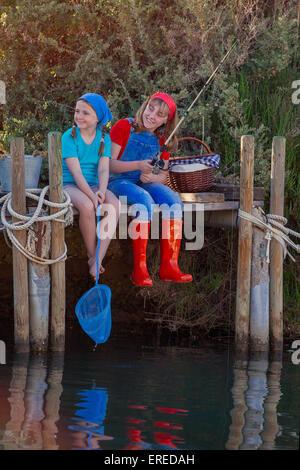 glückliche Sommer Kinder Angeln im Bach See Teich oder Fluss - Stockfoto
