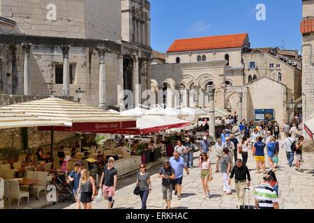 Plaza neben Kathedrale (Diokletian Palast) in Split an der dalmatinischen Küste von Kroatien - Stockfoto