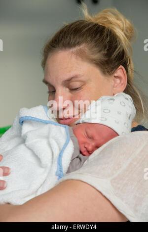 neugeborenes Baby mit Mutter - Stockfoto