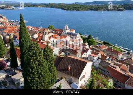 Ansicht von Sibenik aus mittelalterlichen Festung St. Michael (ehemals St. Anne) auf dalmatinischen Küste von Kroatien - Stockfoto