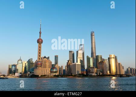 Skyline von Pudong, Wolkenkratzer, Fernsehturm Oriental Pearl Tower, Shanghai Tower, Jin Mao Tower, Shanghai Huangpu - Stockfoto