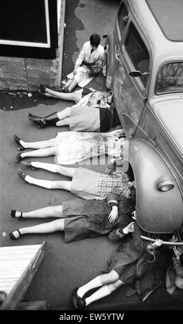 Vor ein paar Jahren Schülerinnen habe Handarbeit und Hauswirtschaft aber heute (23. Januar 1968) haben ein paar - Stockfoto