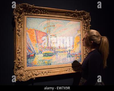 """London, UK. 19. Juni 2015. Ein Christie Mitarbeiter schaut das Gemälde """"Marseille, le Port"""" von Paul Signac, 2 Millionen - Stockfoto"""