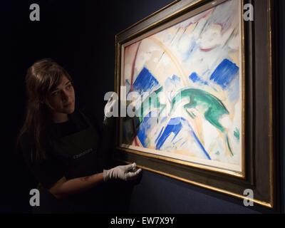 """London, UK. 19. Juni 2015. Ein Christie Mitarbeiter schaut er Malerei """"Gemsen"""" (Steinböcke) von Franz Marc aus dem - Stockfoto"""