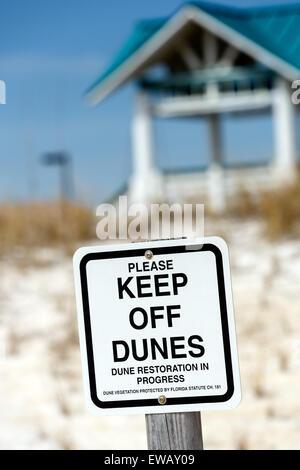 Sand Dune Management der Schutz und die Verbesserung der Dünen Warnschild fern zu halten Dünen in Fort Walton Beach, - Stockfoto