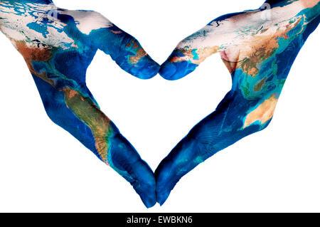 die Hände einer jungen Frau bilden ein Herz mit einer Weltkarte (eingerichtet von der NASA) auf einem weißen Hintergrund - Stockfoto